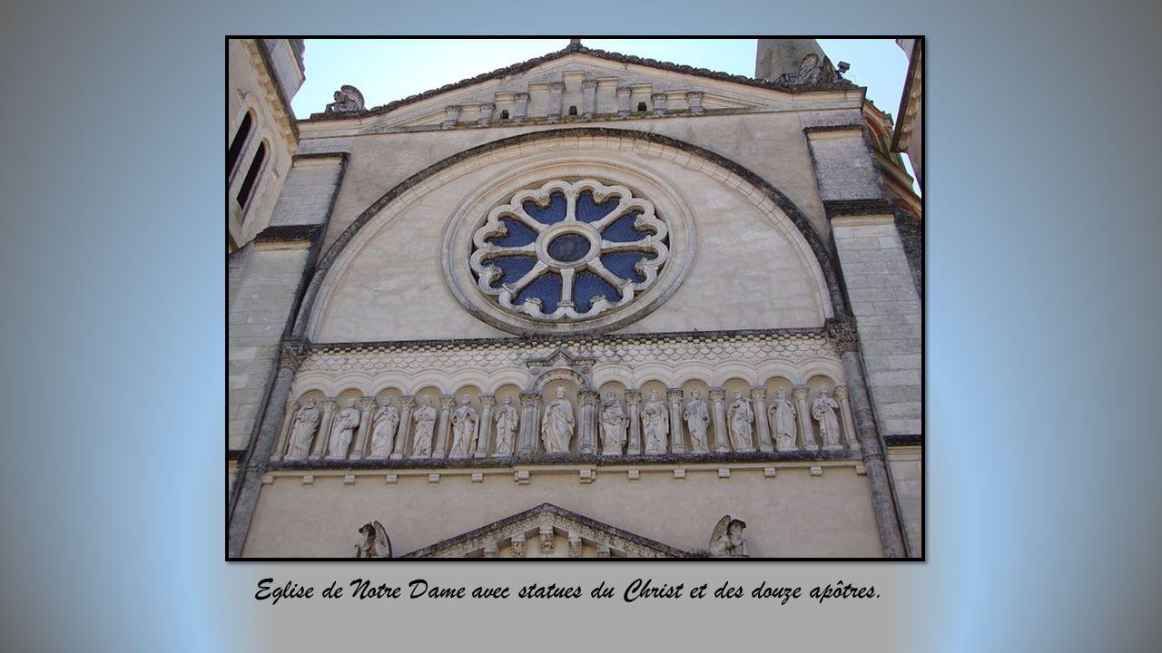Eglise de Notre Dame avec statues du Christ et des douze apôtres.