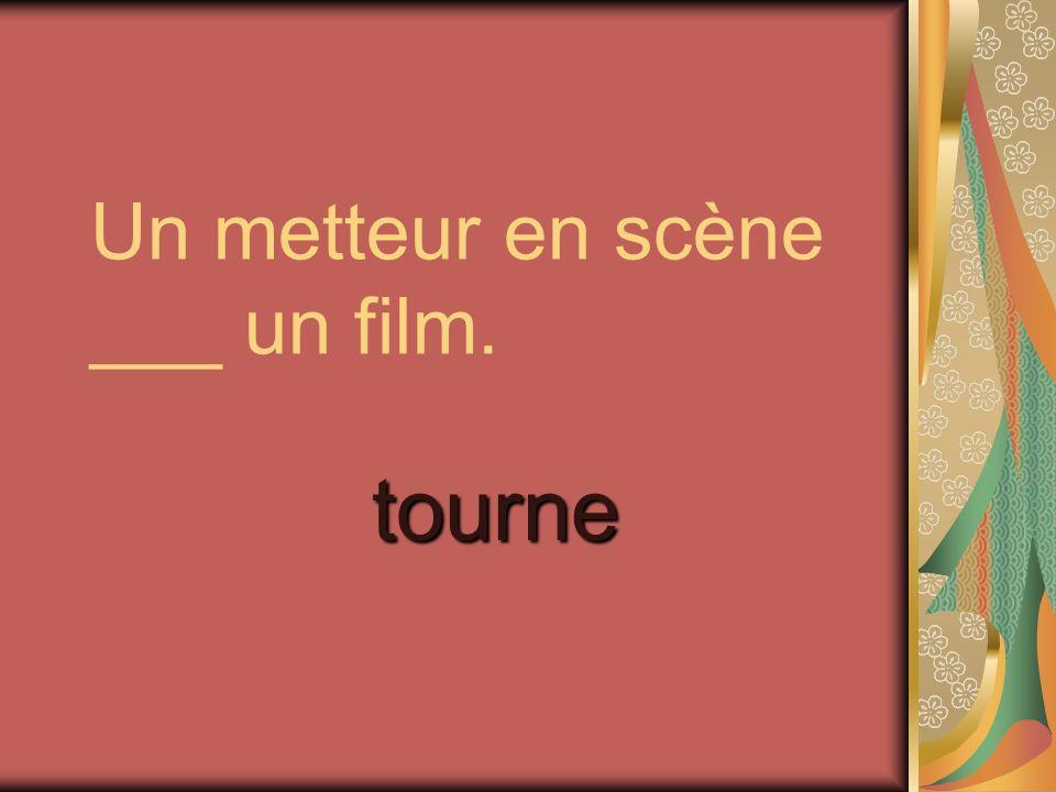 Un metteur en scène ___ un film.