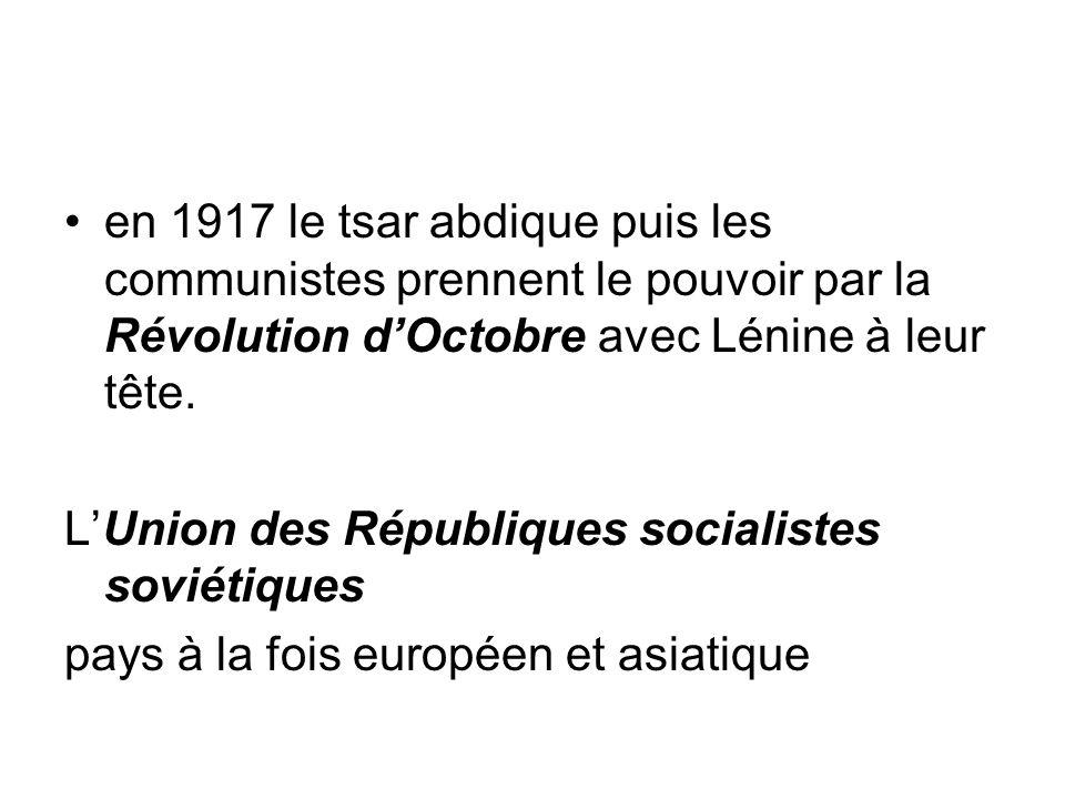 en 1917 le tsar abdique puis les communistes prennent le pouvoir par la Révolution d'Octobre avec Lénine à leur tête.