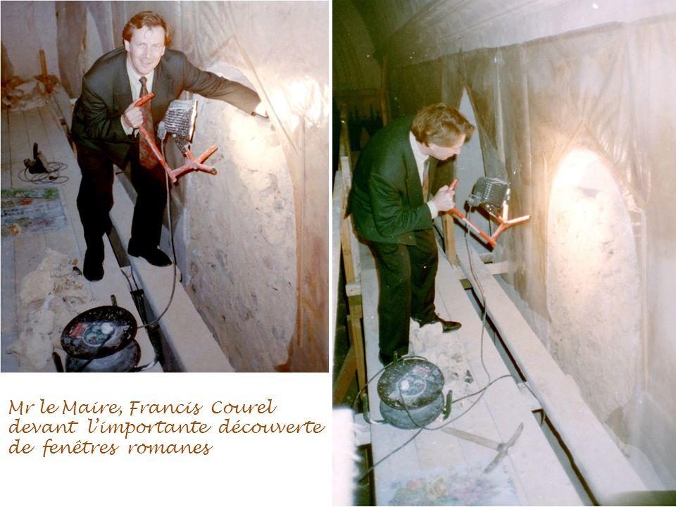 Mr le Maire, Francis Courel devant l'importante découverte de fenêtres romanes