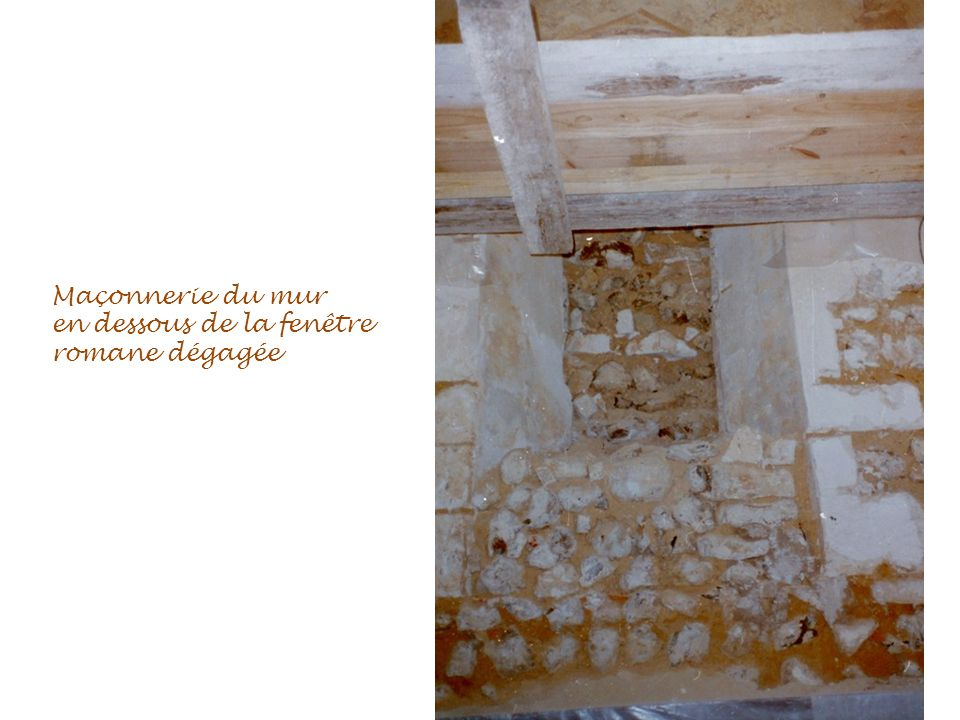 Maçonnerie du mur en dessous de la fenêtre romane dégagée