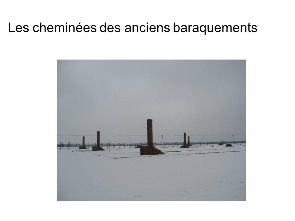 Les cheminées des anciens baraquements