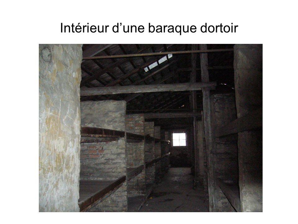 Intérieur d'une baraque dortoir