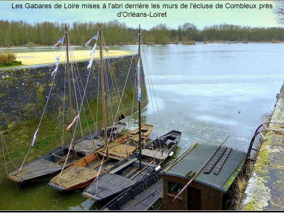 Les Gabares de Loire mises à l abri derrière les murs de l écluse de Combleux près d Orléans-Loiret