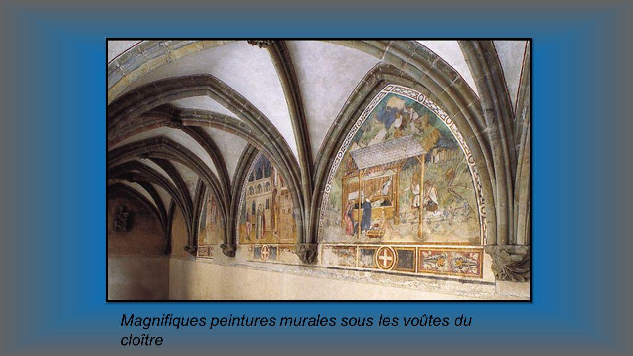 Magnifiques peintures murales sous les voûtes du cloître