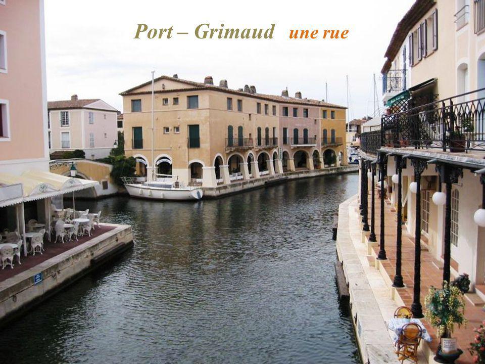 Port – Grimaud une rue