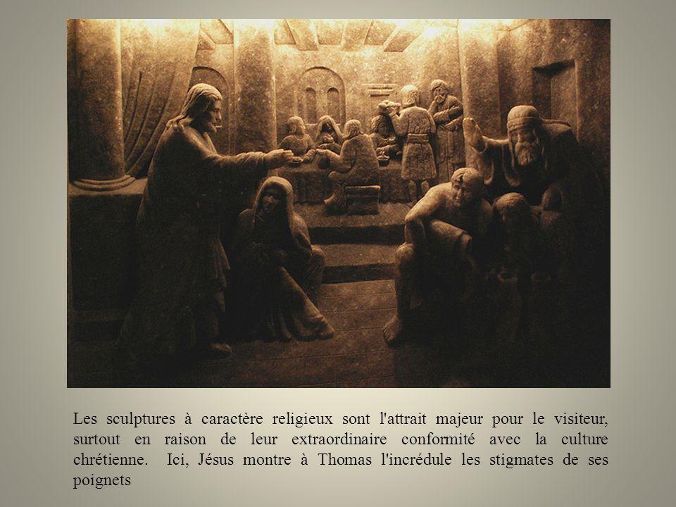 Les sculptures à caractère religieux sont l attrait majeur pour le visiteur, surtout en raison de leur extraordinaire conformité avec la culture chrétienne. Ici, Jésus montre à Thomas l incrédule les stigmates de ses poignets