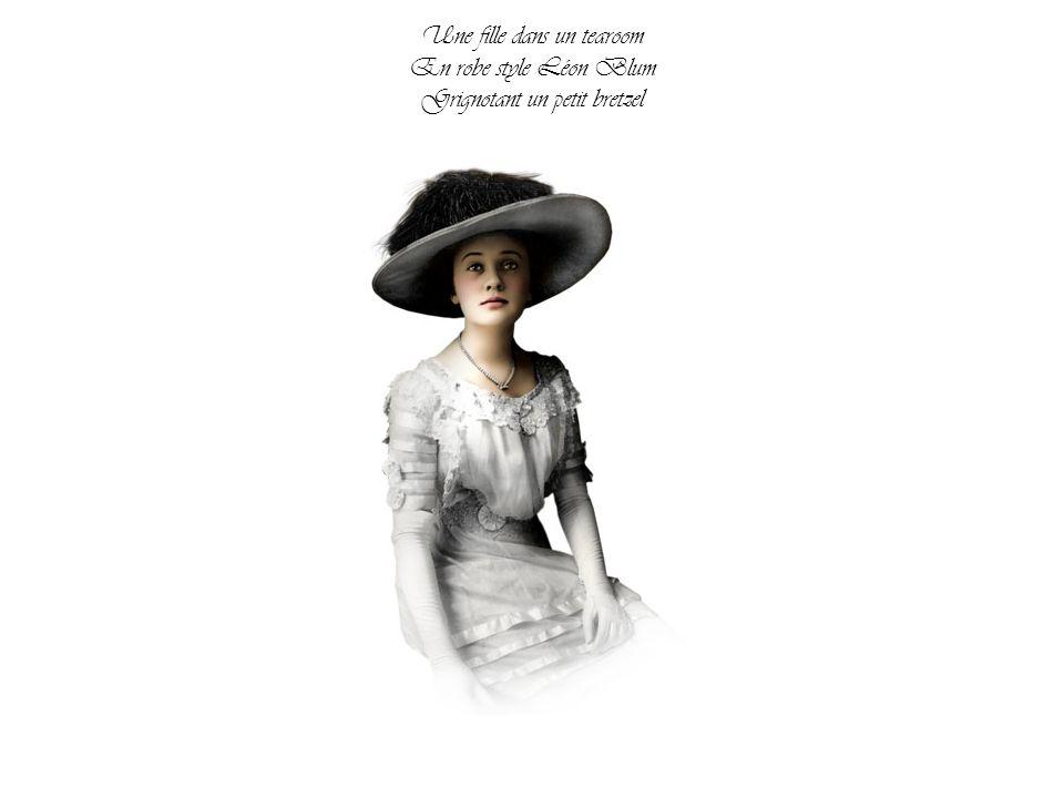 Une fille dans un tearoom En robe style Léon Blum