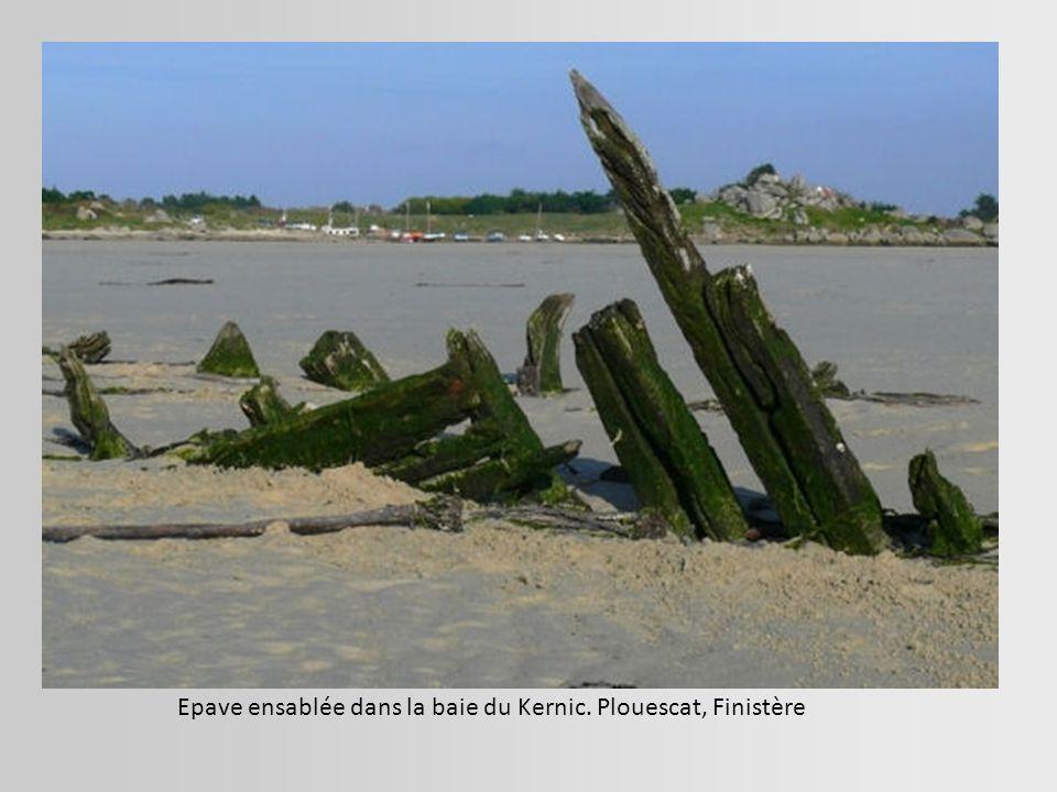 Epave ensablée dans la baie du Kernic. Plouescat, Finistère