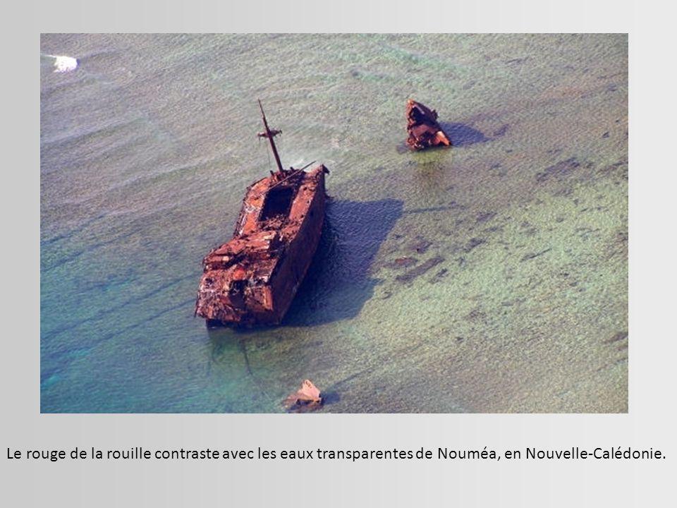 Le rouge de la rouille contraste avec les eaux transparentes de Nouméa, en Nouvelle-Calédonie.
