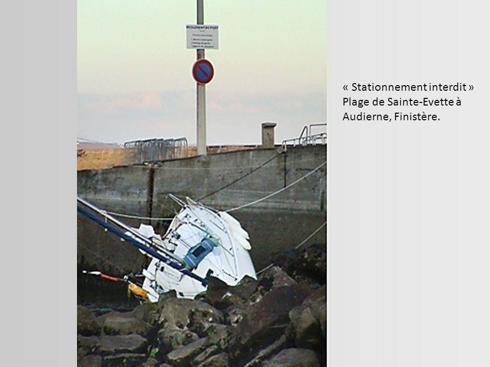 « Stationnement interdit » Plage de Sainte-Evette à Audierne, Finistère.