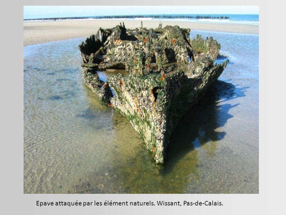 Epave attaquée par les élément naturels. Wissant, Pas-de-Calais.
