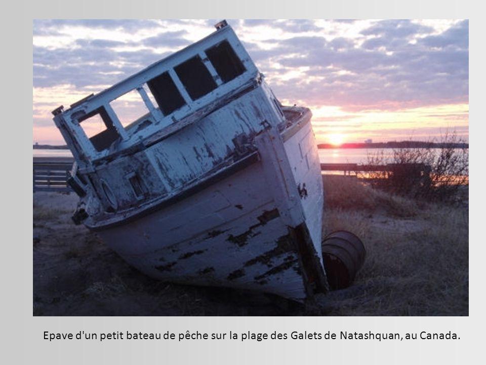 Epave d un petit bateau de pêche sur la plage des Galets de Natashquan, au Canada.
