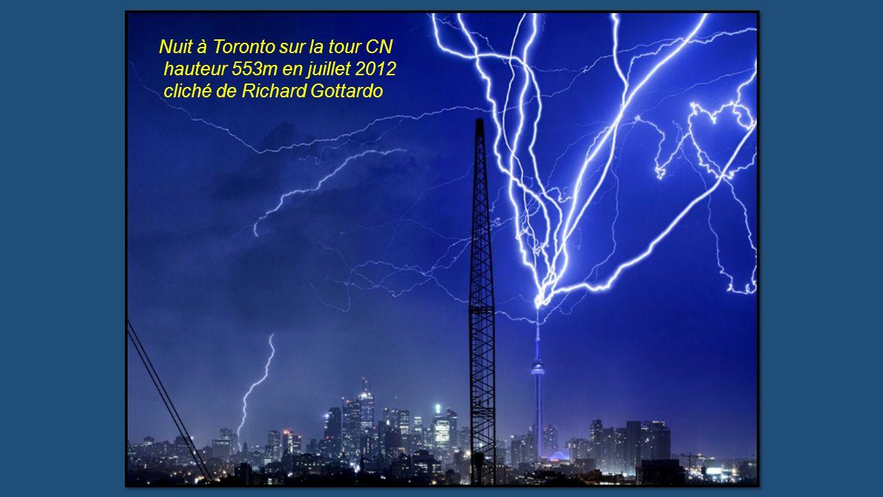Nuit à Toronto sur la tour CN