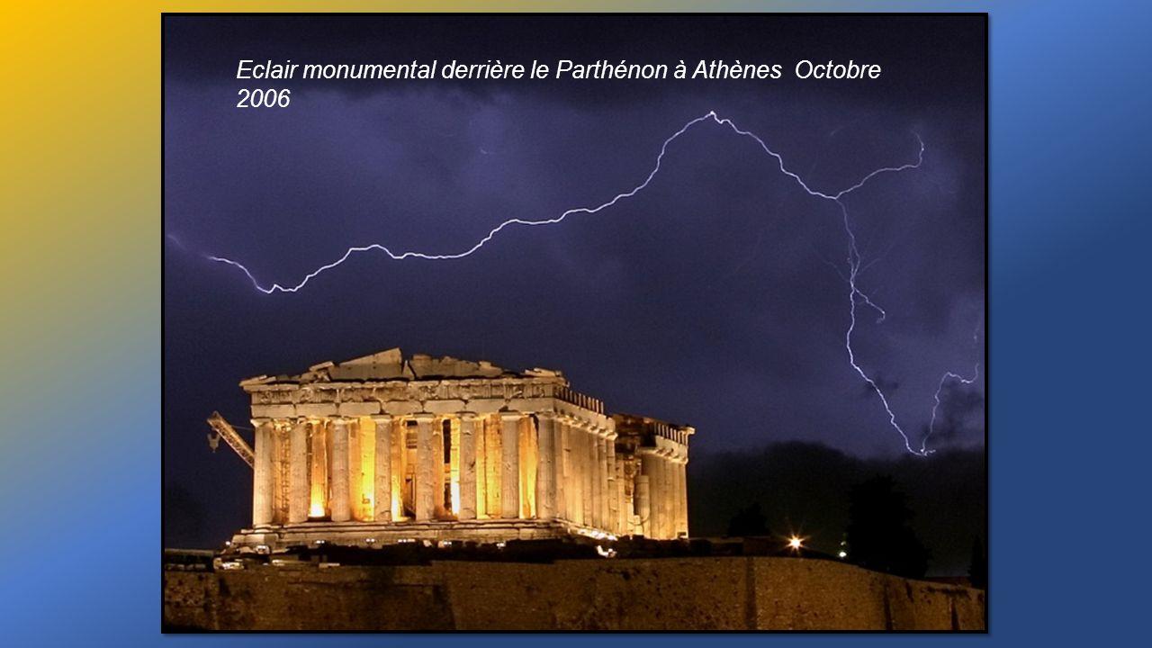 Eclair monumental derrière le Parthénon à Athènes Octobre 2006