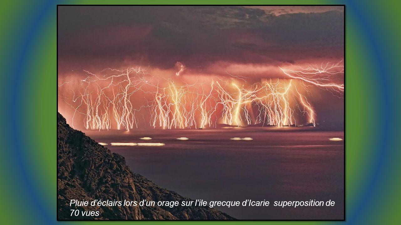 Pluie d'éclairs lors d'un orage sur l'ile grecque d'Icarie superposition de 70 vues