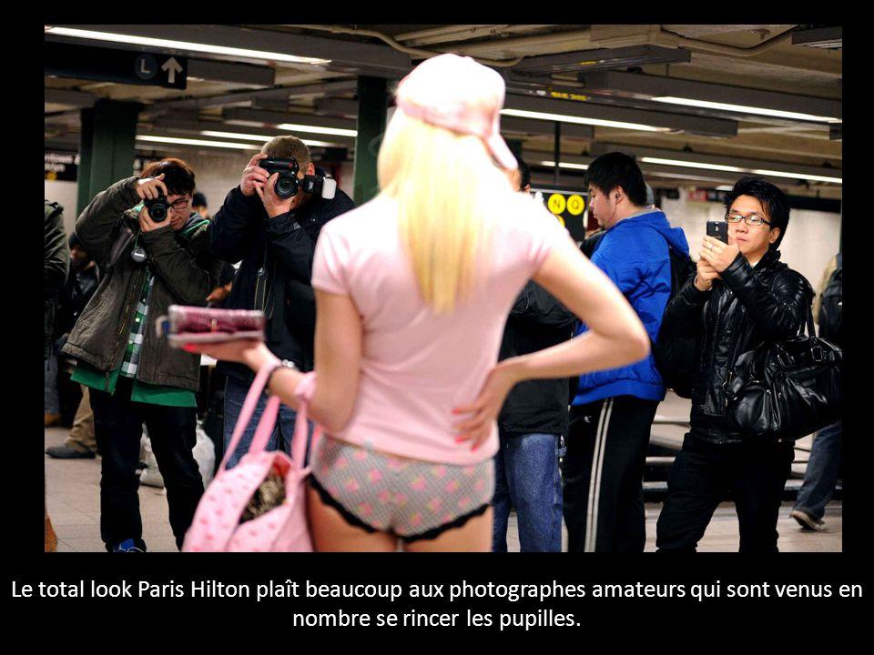 Le total look Paris Hilton plaît beaucoup aux photographes amateurs qui sont venus en nombre se rincer les pupilles.
