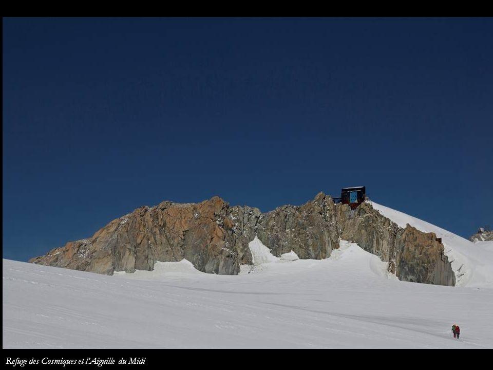 Refuge des Cosmiques et l'Aiguille du Midi
