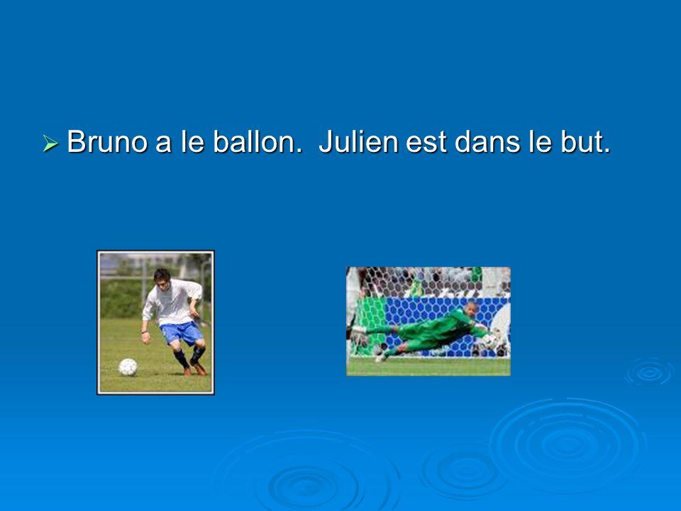Bruno a le ballon. Julien est dans le but.