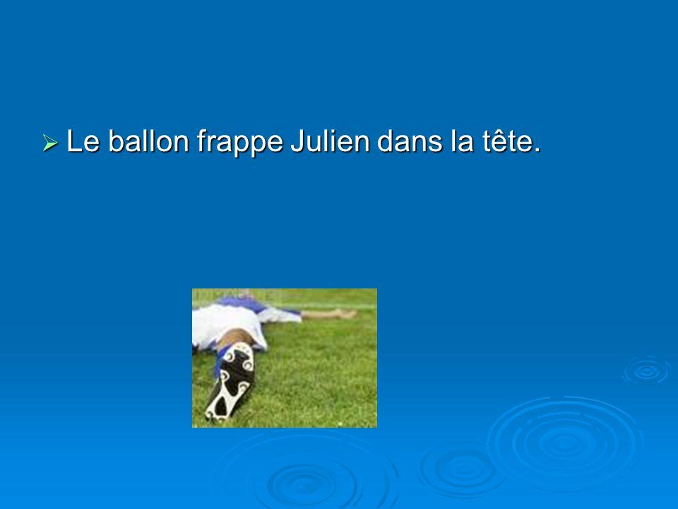 Le ballon frappe Julien dans la tête.