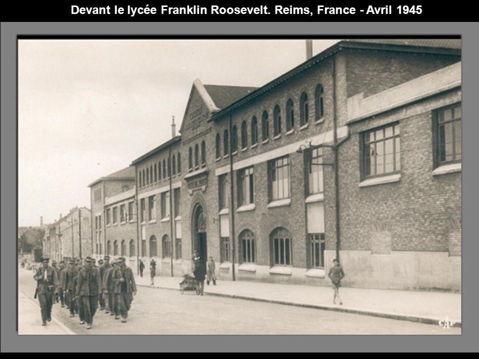 Devant le lycée Franklin Roosevelt. Reims, France - Avril 1945