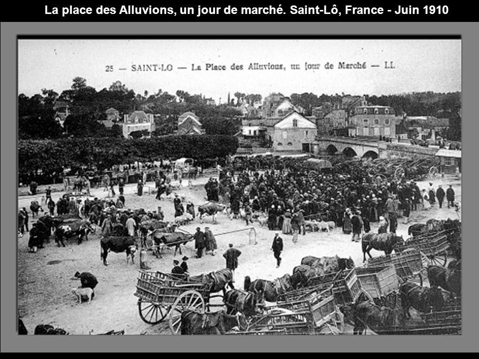 La place des Alluvions, un jour de marché. Saint-Lô, France - Juin 1910