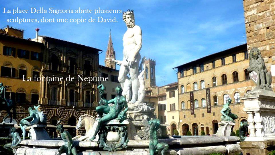 La place Della Signoria abrite plusieurs sculptures, dont une copie de David.