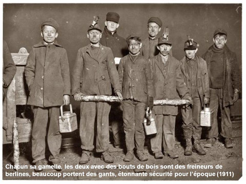 Chacun sa gamelle, les deux avec des bouts de bois sont des freineurs de berlines, beaucoup portent des gants, étonnante sécurité pour l'époque (1911)