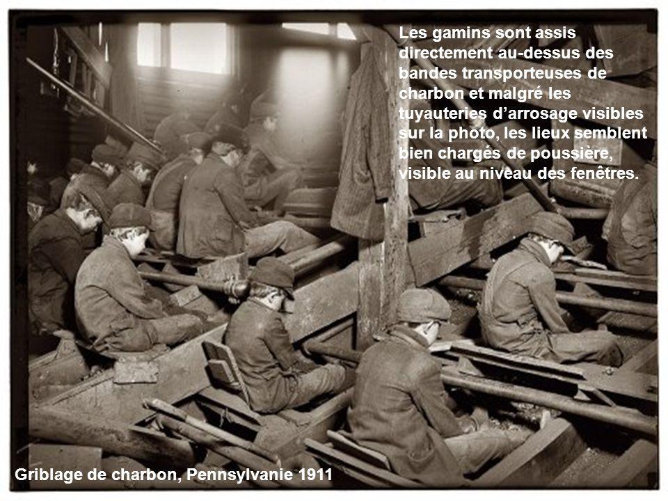 Les gamins sont assis directement au-dessus des bandes transporteuses de charbon et malgré les tuyauteries d'arrosage visibles sur la photo, les lieux semblent bien chargés de poussière, visible au niveau des fenêtres.