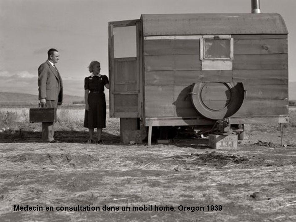 Médecin en consultation dans un mobil home, Oregon 1939