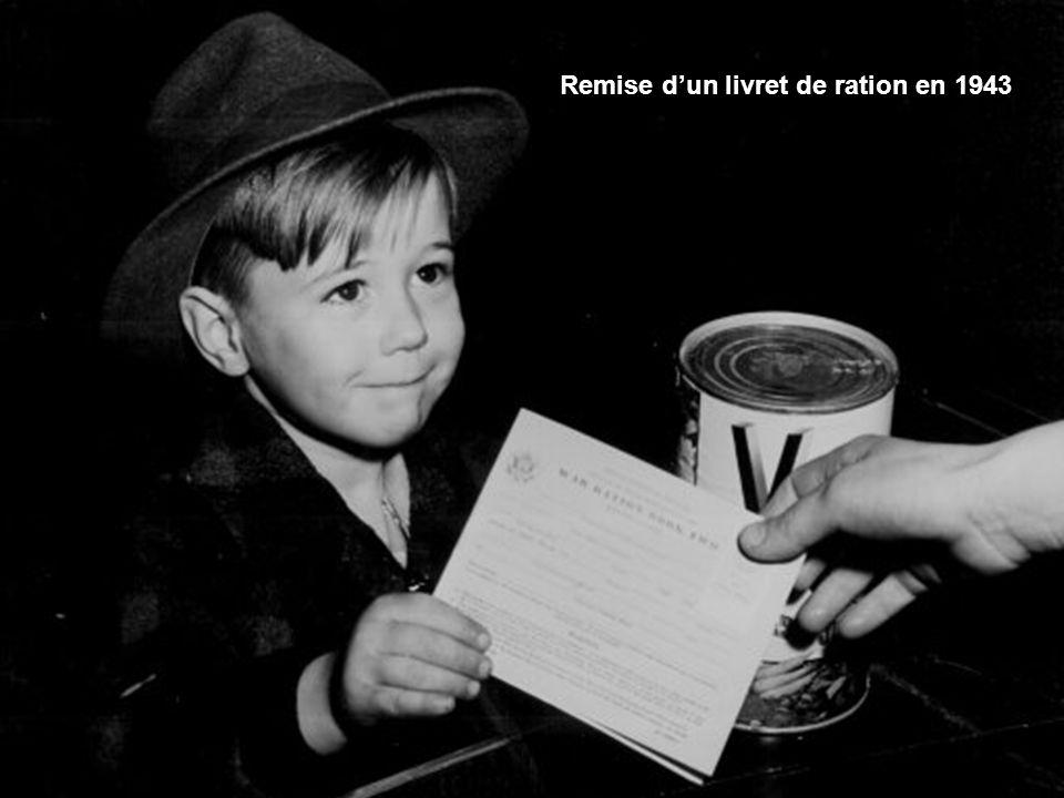 Remise d'un livret de ration en 1943