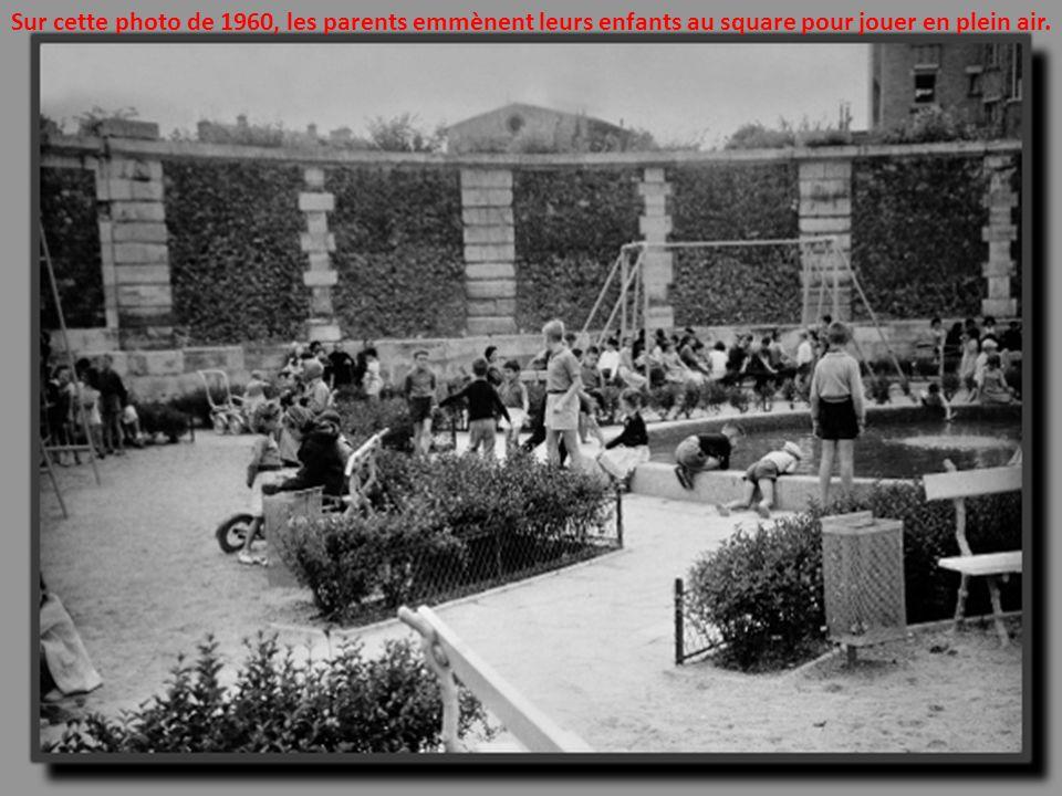 Sur cette photo de 1960, les parents emmènent leurs enfants au square pour jouer en plein air.