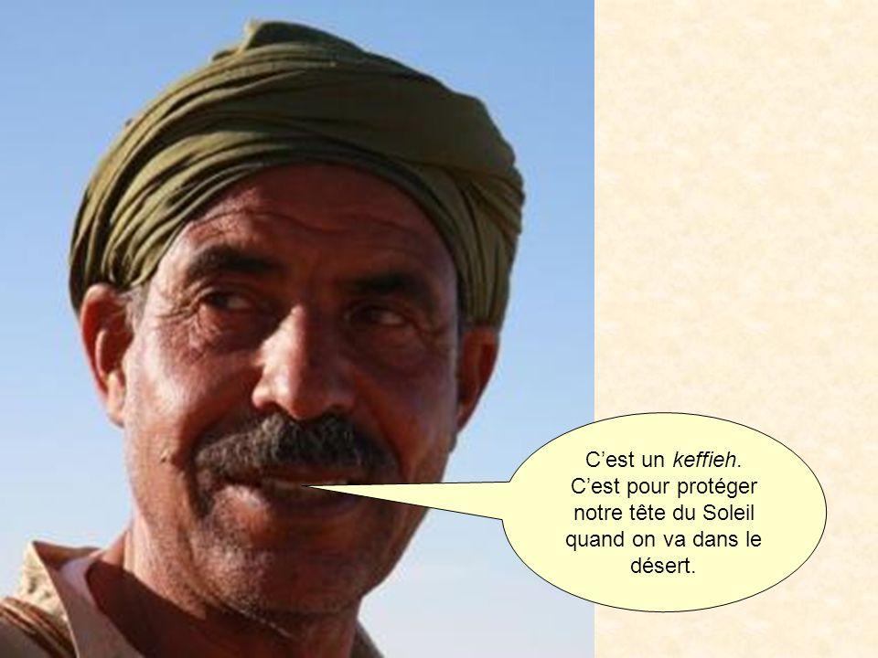 C'est un keffieh. C'est pour protéger notre tête du Soleil quand on va dans le désert.