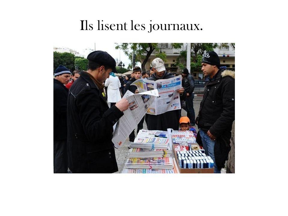 Ils lisent les journaux.