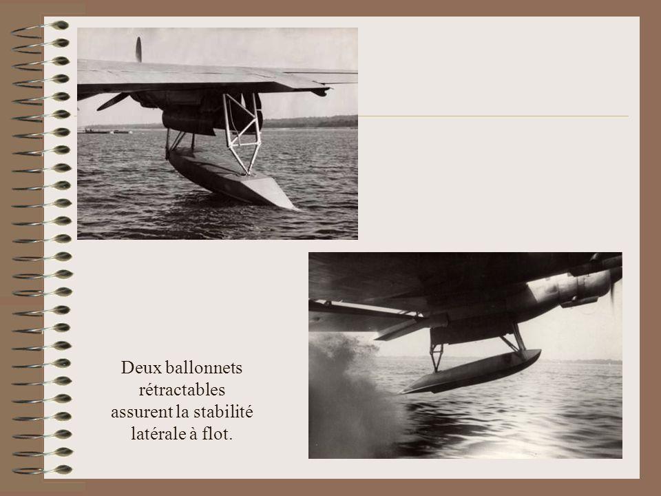 Deux ballonnets rétractables assurent la stabilité latérale à flot.