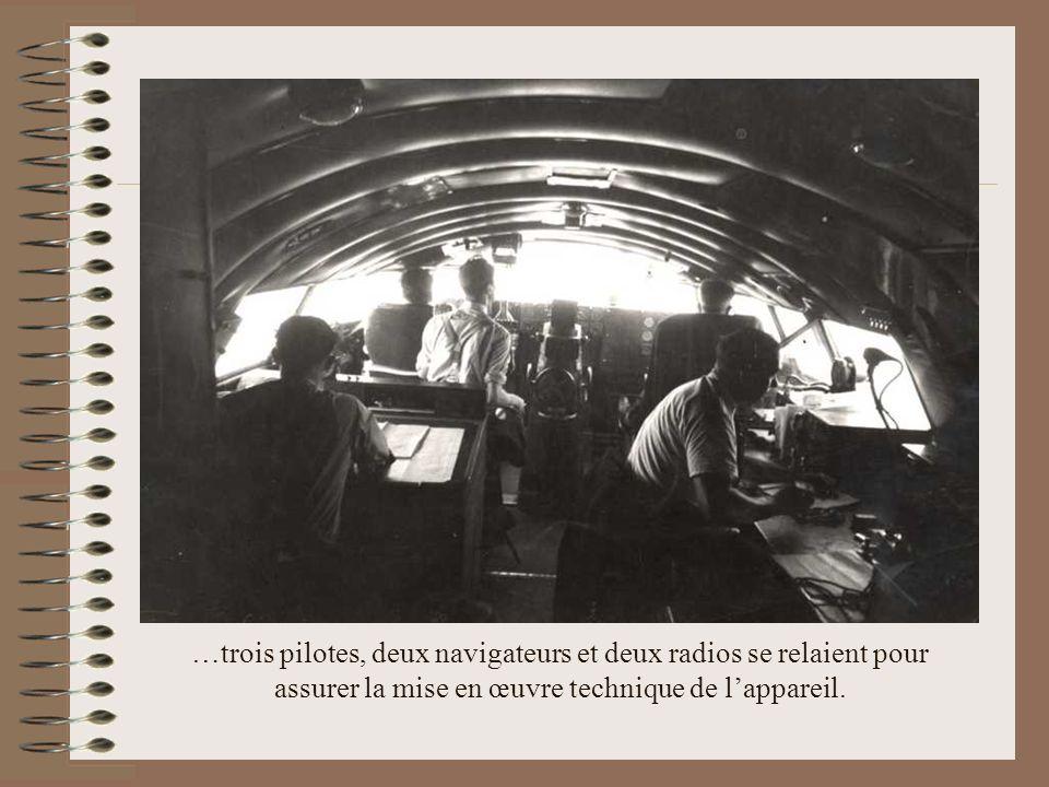 …trois pilotes, deux navigateurs et deux radios se relaient pour assurer la mise en œuvre technique de l'appareil.