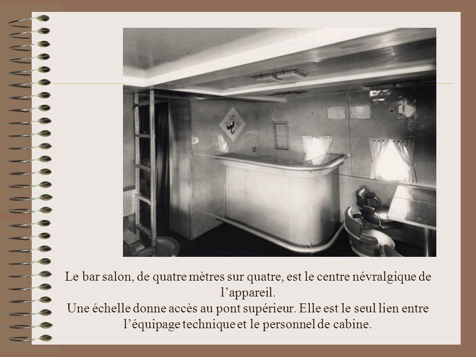 Le bar salon, de quatre mètres sur quatre, est le centre névralgique de l'appareil.