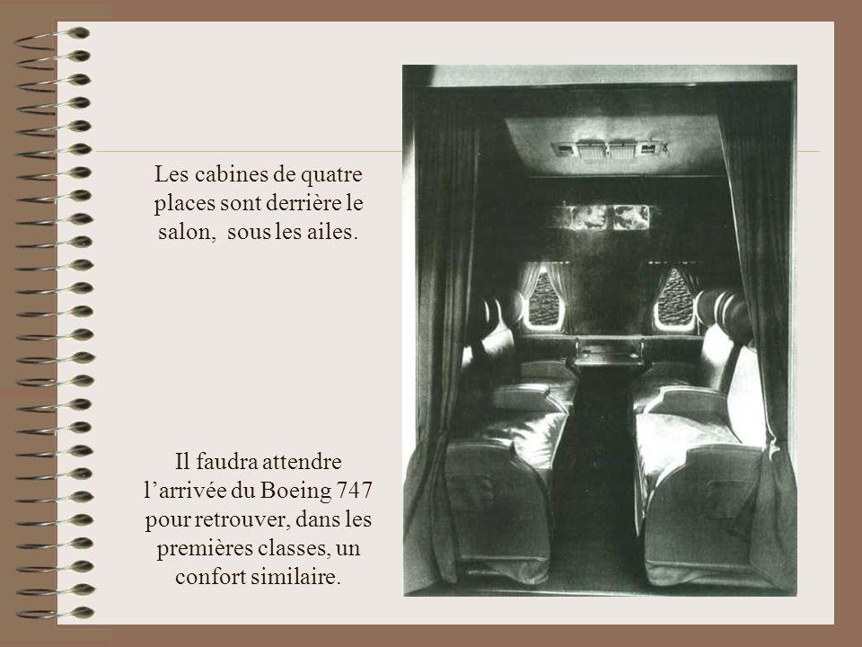 Les cabines de quatre places sont derrière le salon, sous les ailes