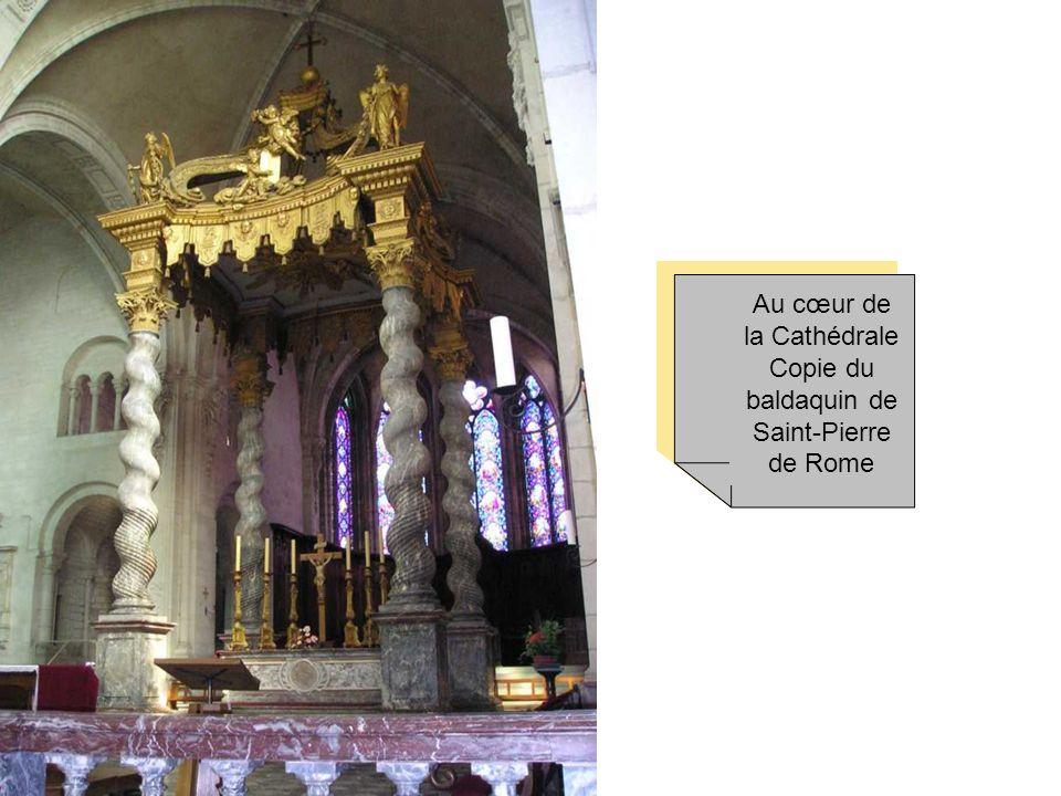 Au cœur de la Cathédrale Copie du baldaquin de Saint-Pierre de Rome