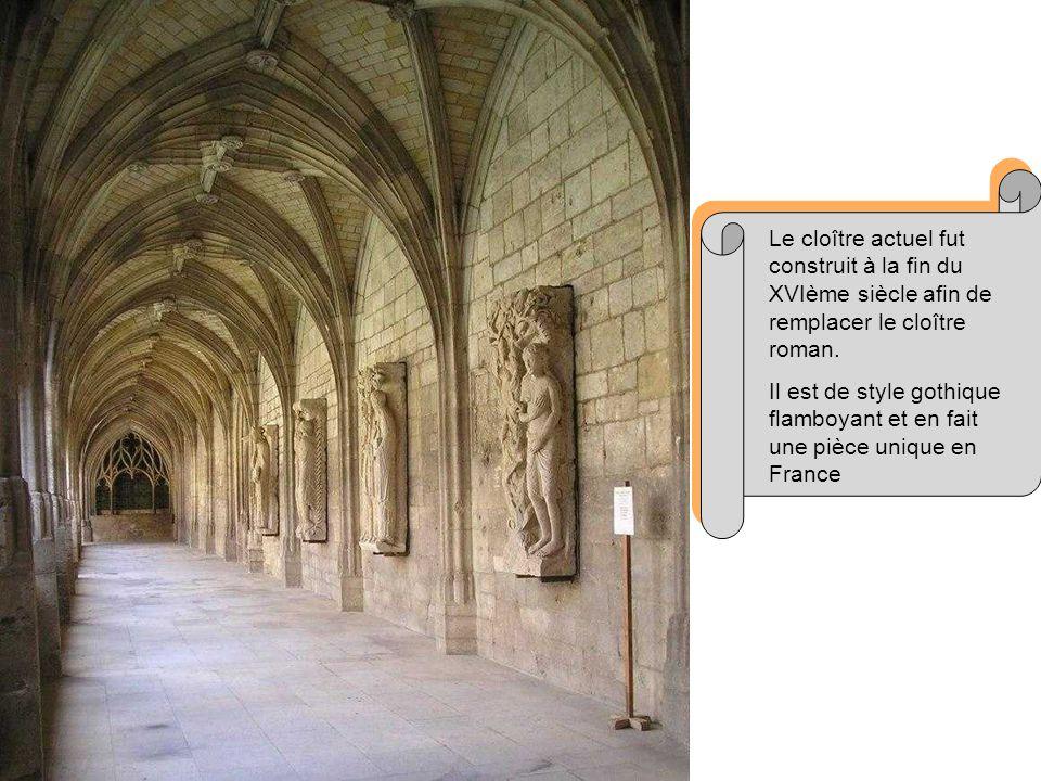 Le cloître actuel fut construit à la fin du XVIème siècle afin de remplacer le cloître roman.