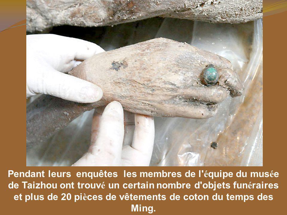Pendant leurs enquêtes les membres de l équipe du musée de Taizhou ont trouvé un certain nombre d objets funéraires et plus de 20 pièces de vêtements de coton du temps des Ming.