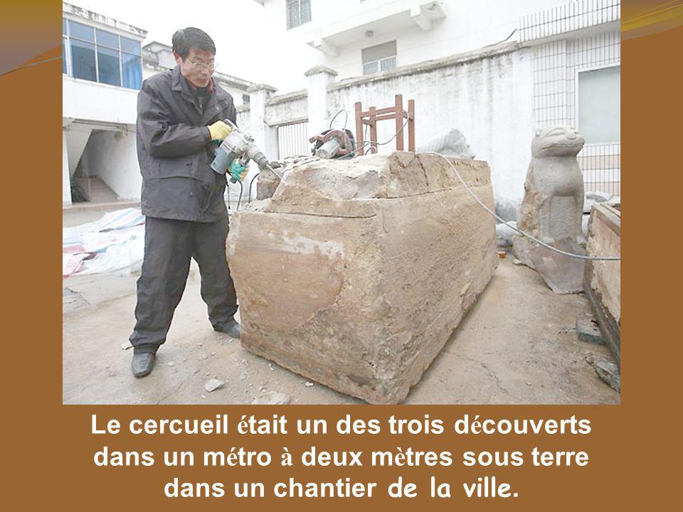 Le cercueil était un des trois découverts
