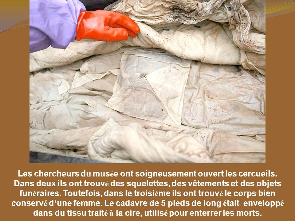 Les chercheurs du musée ont soigneusement ouvert les cercueils.