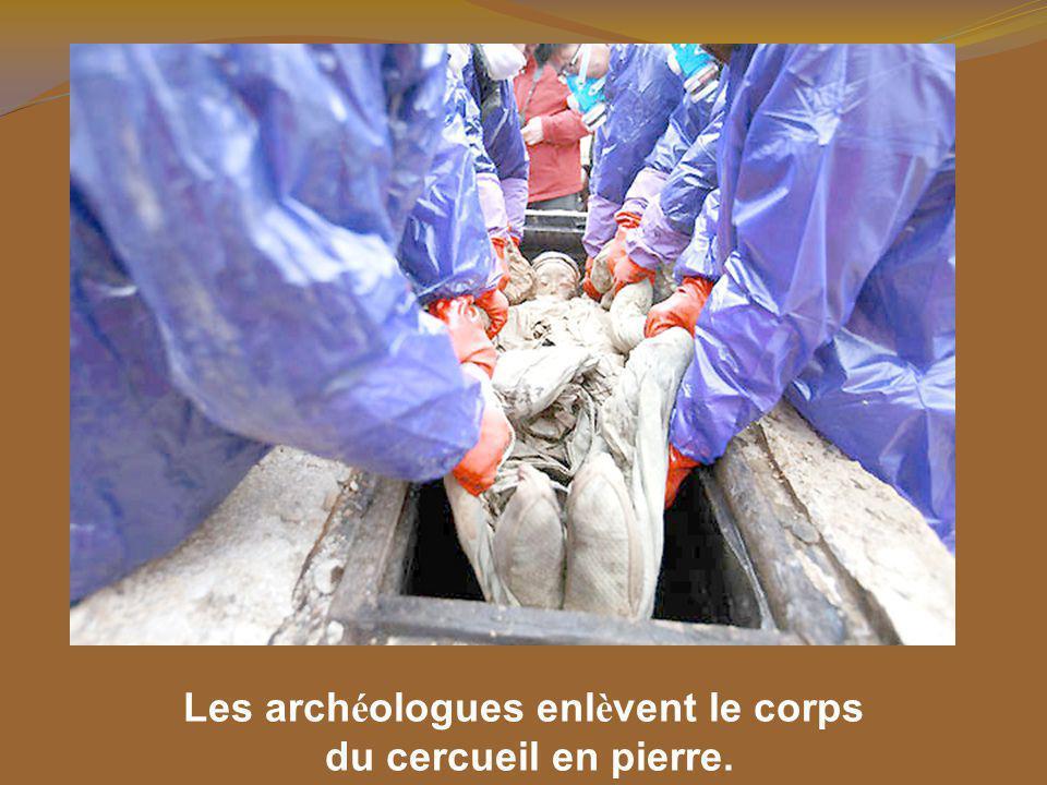 Les archéologues enlèvent le corps