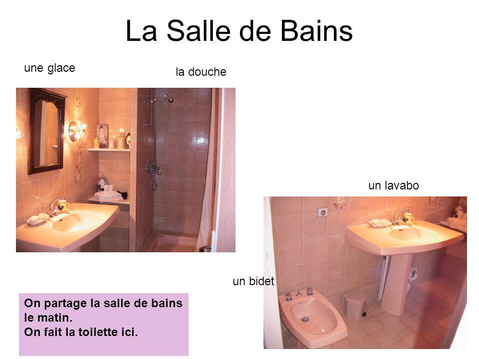 La Salle de Bains une glace la douche un lavabo un bidet