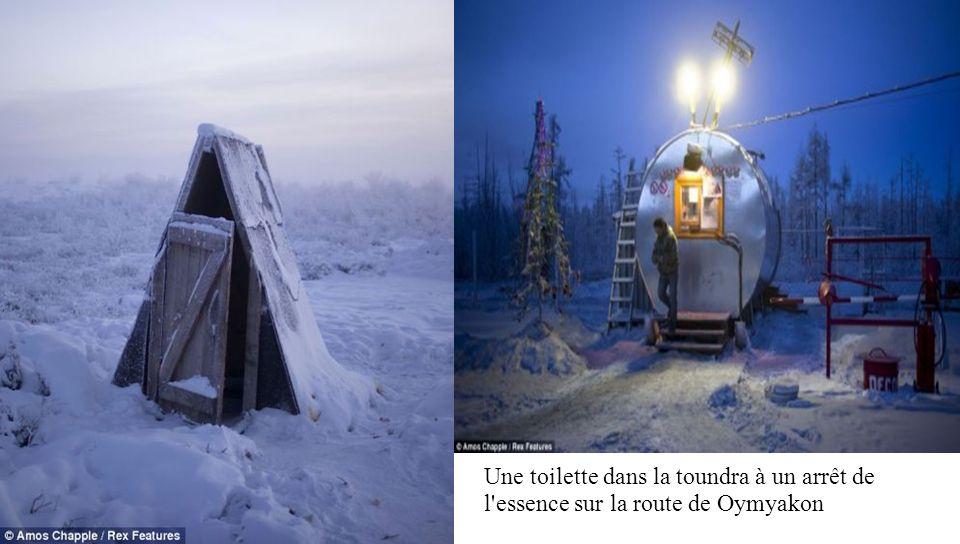 Une toilette dans la toundra à un arrêt de l essence sur la route de Oymyakon