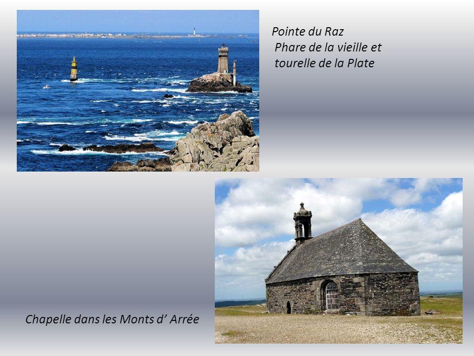Pointe du Raz Phare de la vieille et tourelle de la Plate Chapelle dans les Monts d' Arrée