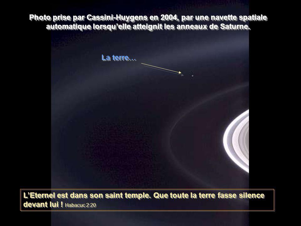 Photo prise par Cassini-Huygens en 2004, par une navette spatiale automatique lorsqu'elle atteignit les anneaux de Saturne.