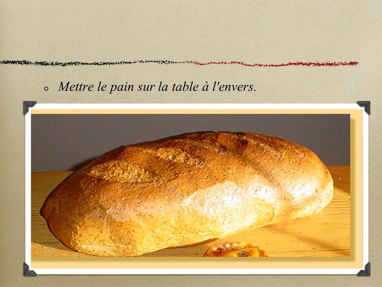 Mettre le pain sur la table à l envers.