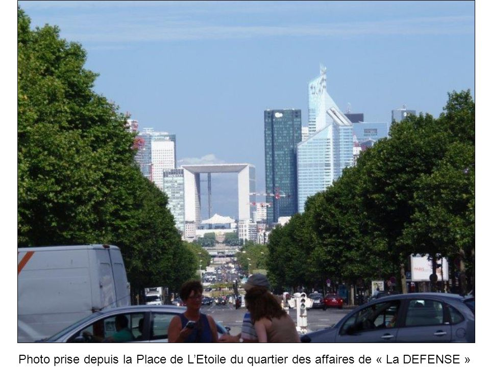 Photo prise depuis la Place de L'Etoile du quartier des affaires de « La DEFENSE »